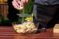 K pripraveným nakrájaným rožkom pridáme postupne vajcia a ďalšie suroviny.