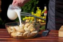 Mlieko pridávame do doby než sú všetky rožky úplne nasiaknuté. Ak sa nám podarí naliať mlieka viac, prebytočné zlejeme.