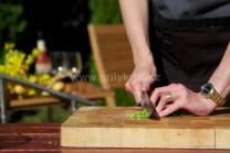 Do plnky nasekáme zelenú pažítku, pri príprave plnky na jar, môžeme pridať mladé lístky žihľavy, s ktorými má plnka výbornú chuť.