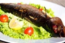 Rybu môžeme podávať teplú s čerstvou zeleninou a pečivom, alebo aj za studena.