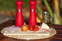 Pripravíme si filety z pangasiusa, cibuľu, cherry paradajky, slaninu, syr, soľ a korenie.