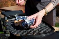 Pangasiuse v alobale dáme na rozpálený grilovací rošt.