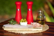 Pripravíme sa filety z pangasiusa, olivy, šunku, olivový olej, soľ a korenie.