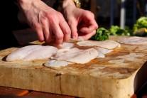 Na rybie filety poukladáme plátky šunky.