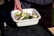 Zapekaciu misku so závitkami z pangasiusa položíme na rozpálený rošt.