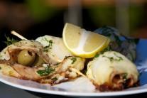 Hotové závitky podávame teplé so zemiakmi alebo čerstvým pečivom.