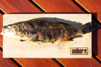 Hotovú rybu podávame ideálne na doske.