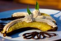 Banány olúpeme, dáme na tanier spolu s ochuteným mascarpone.