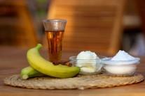 Pripravíme si banány, mascarpone, rum, škoricu a práškový cukor.