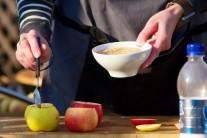 Na dno jabĺk dáme lyžičku drvených sušienok.