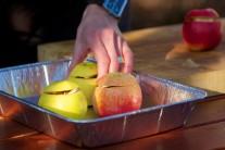 Pripravené naplnené jablká vložíme do alobalovej misky, podlejeme hrčekom vody a vložíme do grilu.