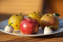Po 30 - 35 minútach jablká z grilu vyberieme, servírujeme teplé.