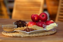 Na pečené jablká si pripravíme sladké jablká, maslo, tmavý cukor, hrozienka, drvené celozrnné sušienky, sekané orechy alebo mandle.