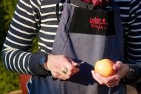 U jabĺk opatrne odkrojíme vršok, vnútri vydlabeme otvor, ktorý budeme plniť. Dávame pozor, aby sme jablko zospodu neporušili.