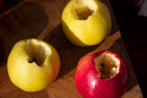 Pohľad na vydlabané jablká pred plnením.