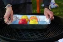 My sme pečené jablká pripravovali na kotlovom grile na drevené uhlie Weber One-Touch 57 so stredovou mriežkou Sear Grate.