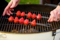 Jahody napicháme na špízy, potrieme medom zmiešaným s citrónom a dáme na rozpálený grilovací rošt.