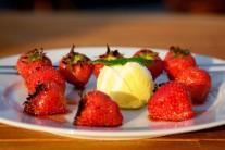 Hotové jahody podávame ideálne so zrmzlinou, ale môžu sa jesť aj samé.