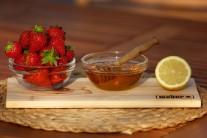 Pripravíme si čerstvé jahody, med a citrón.