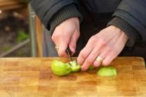 Olúpané kivi nakrájame na malé kúsky.