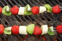 Ovocné špízy položíme na rozpálený rošt a grilujeme ich 2 minúty z každej strany.