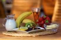 Na ovocný špíz budeme potrebovať čerstvé jahody, kivi, banán, čokoládu, smotanu, rum a mletú škoricu.