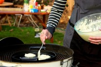 Na liatinovej panvici rozpálime olej a lievance na ňom osmažíme z oboch strán.