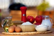 Na lievance budeme potrebovať vajcia, múku, jablká, cukor, kypriaci prášok, mlieko, soľ, smotanu, škoricový cukor a olej na vyprážanie.