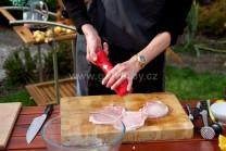 Pekné plátky mäsa zo strán narežeme troma krátkymi rezmi, aby sa nám mäso na grile neskrútilo, ale zostalo pekne rovné. V tejto chvíli mäso len osolíme a okoreníme.