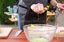 Do marinády môžeme prikvapnúť aj pár kvapiek citrónovej šťavy. Mäso marinujeme po dobu 2 hodín. Mäso v marináde približne dvakrát otočíme, aby boli plátky celé pokryté marinádou.