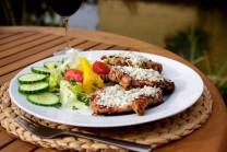 Bravčové steaky servírujeme s bohatou zeleninovou oblohou, čerstvým pečivom či zemiakovými hranolčekmi.