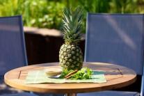 Pripravíme si celý ananás, cukor, škoricu a čerstvú mätu.
