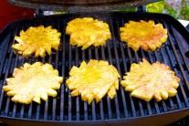 Kolieska ananásu grilujeme 4-6 minút z každej strany.