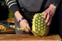 Najskôr pomocou ostrého noža zbavíme ananás šupky a vyrežeme tvrdý stred...