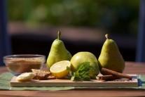 Pripravíme si hrušky, citrón, maslo, cukor, orieškové sušienky, citrónovú kôru a vanilkový cukor.