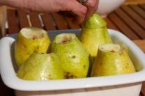 Hrušky dáme do zapekacej misky a do ich vnútra prisypeme cukor zmiešaný s korením.
