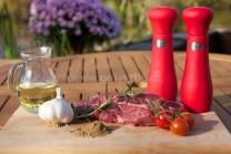 Na hovädzí steak s rascou a rozmarínom si pripravíme čerstvé kvalitné mäso z mladého býka, cesnak, mletú rascu, rozmarín, kvalitný rastlinný olej, soľ a korenie.