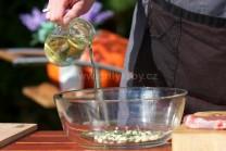 Odmerané množstvo oleja prilejeme k cesnaku a sekaným lístkom rozmarínu. Opatrne pridáme dve štipky mletej rasce.