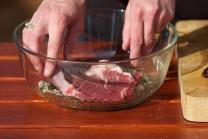 Do vzniknutej marinády vložíme nasolené mäso. Necháme marinovať cca 1 hodinu.