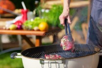 Naložené mäso vkladáme pomocou grilovacieho náčinia na stred grilu. My sme mali k dispozícii gril Weber One-Touch Premium 57 s deleným roštom, kde možno meniť stred. Môžeme použiť panvicu, wok panvicu, steakovú mriežku a ďalšie.