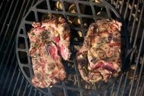 Hotové mäso odložíme do tepla odpočinúť 5-8 minút.