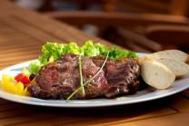 Servírujeme teplé na nahriatych tanieroch, ako prílohu podávame čerstvú zeleninu a čerstvé pečivo. Hosťom môžeme ponúknuť tiež omáčku ku grilovanému mäsu Weber.