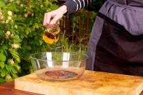 Nakoniec do misy nalejeme jablkový džús.