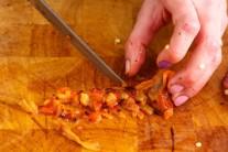 Necháme papriky vychladnúť, ošúpeme ich a zbavíme semienok.