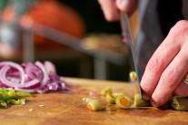 Do pálivej omáčky patria tiež olivy, ktoré si nakrájame na polovičky.