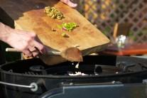 K cibuli a cesnaku pridáme tiež chilli papričky...
