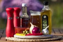 Na prípravu červenej omáčky pre plechové huby budeme potrebovať: olej, cibuľu, cesnak, chili papričky, vývar a worčestrovú omáčku.