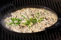 Hubovú omáčku môžeme na záver dozdobiť petržlenovou vňaťou. Skvele sa hodí napríklad k hovädzím steakom.