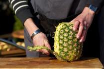 Čerstvý ananás okrájame nožom, potom šikmo vykrojíme tvrdé zvyšky. Ananás nakrájame na rovnako hrubé plátky. Vykrojíme tvrdé stredy.