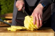 Na krájanie použijeme ostrý, najlepšie filetovací nôž.